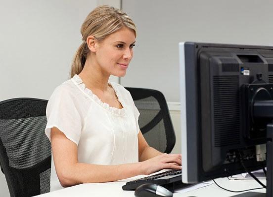 Thói quen ngồi làm việc của dân văn phòng dẫn đến tình trạng đùi to, bắp chân thô